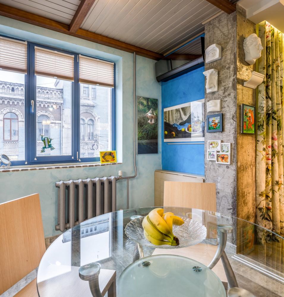 Кухня/столовая в  цветах:   Бежевый, Коричневый, Светло-серый, Синий.  Кухня/столовая в  стиле:   Лофт.