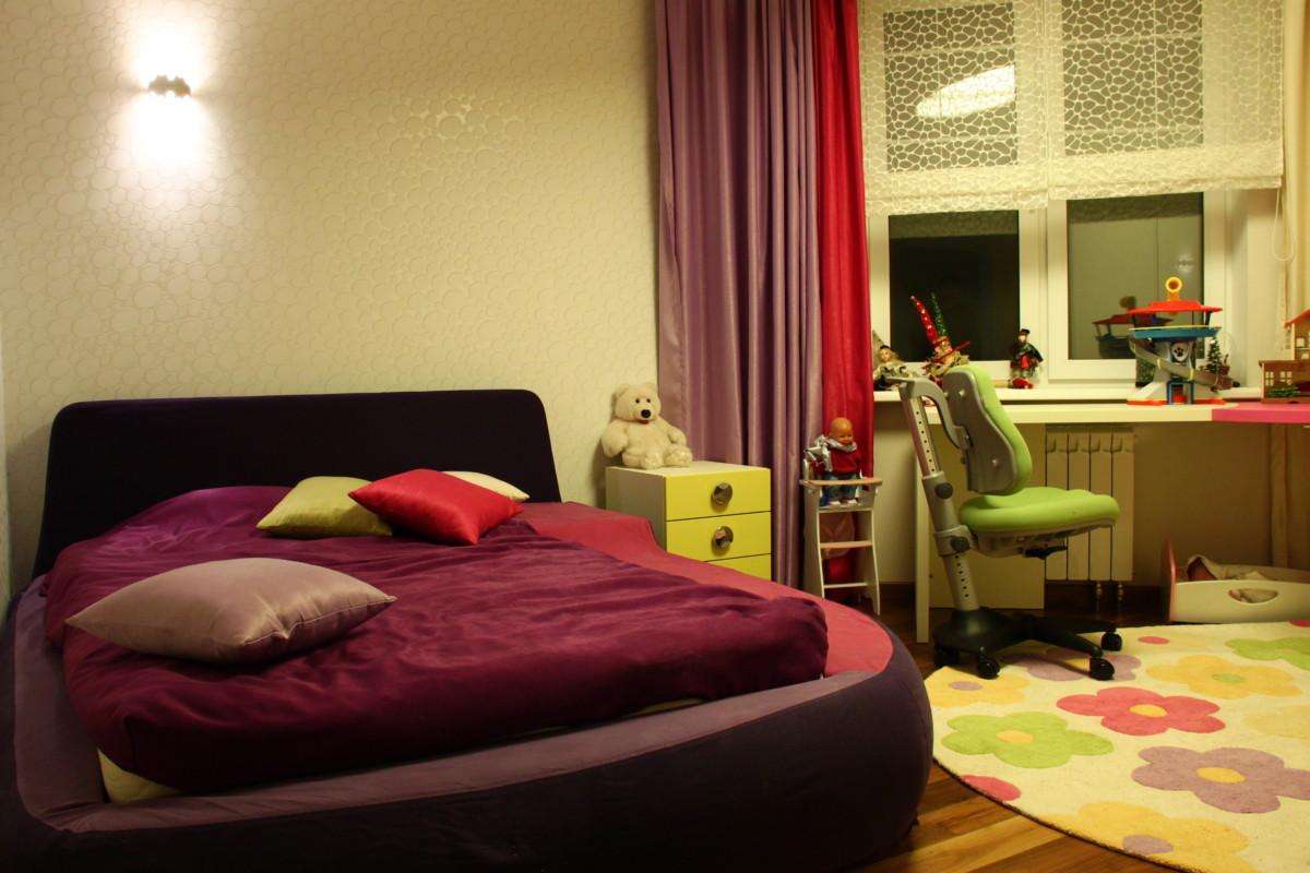 Вместительный гардеробный шкаф в комнате девочки собственного дизайна и производства.