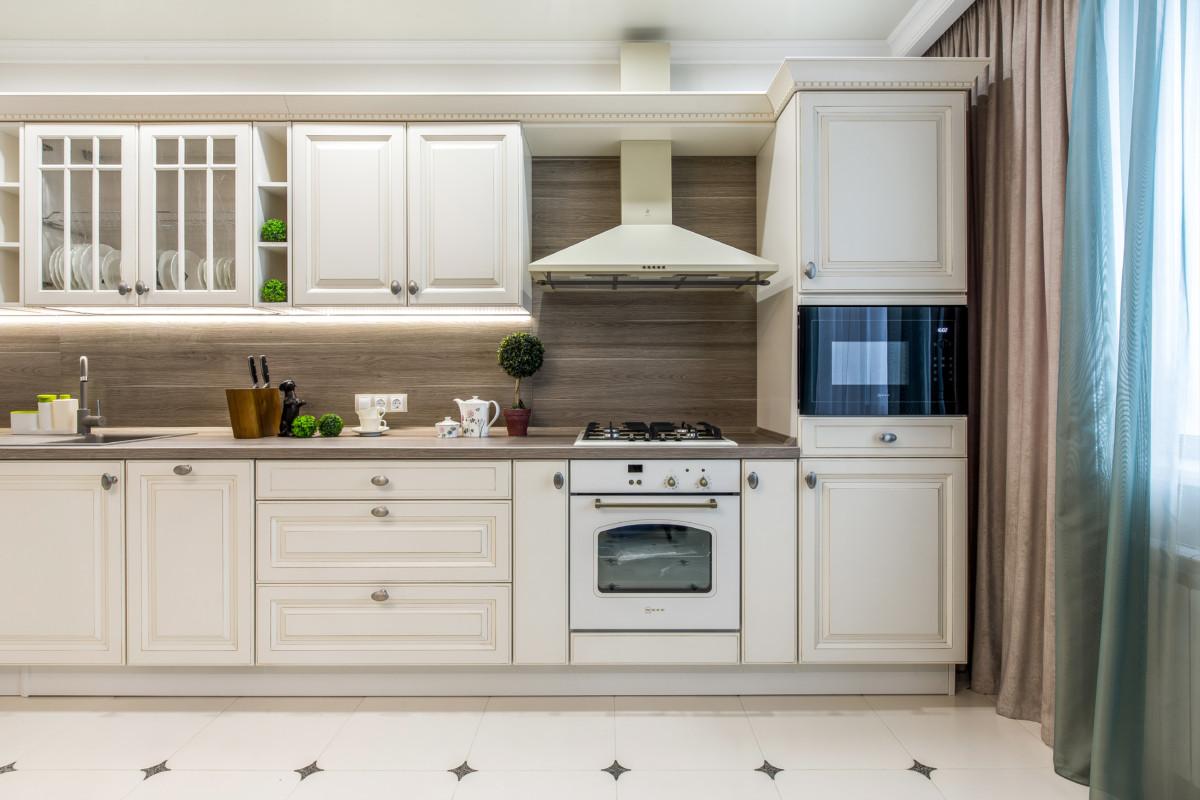 Кухня/столовая в  цветах:   Бежевый, Коричневый, Светло-серый, Темно-зеленый.  Кухня/столовая в  стиле:   Неоклассика.