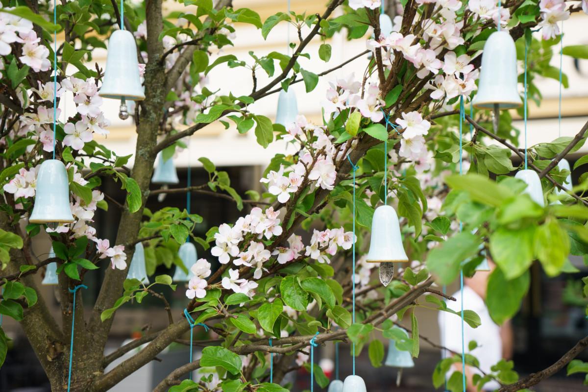 10 дизайнеров создали уникальный яблоневый сад в центре Москвы