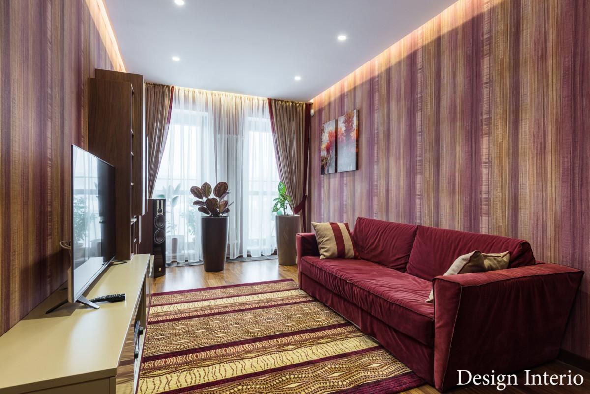 Интерьер кабинета в квартире выполнен с элементами эклектики.