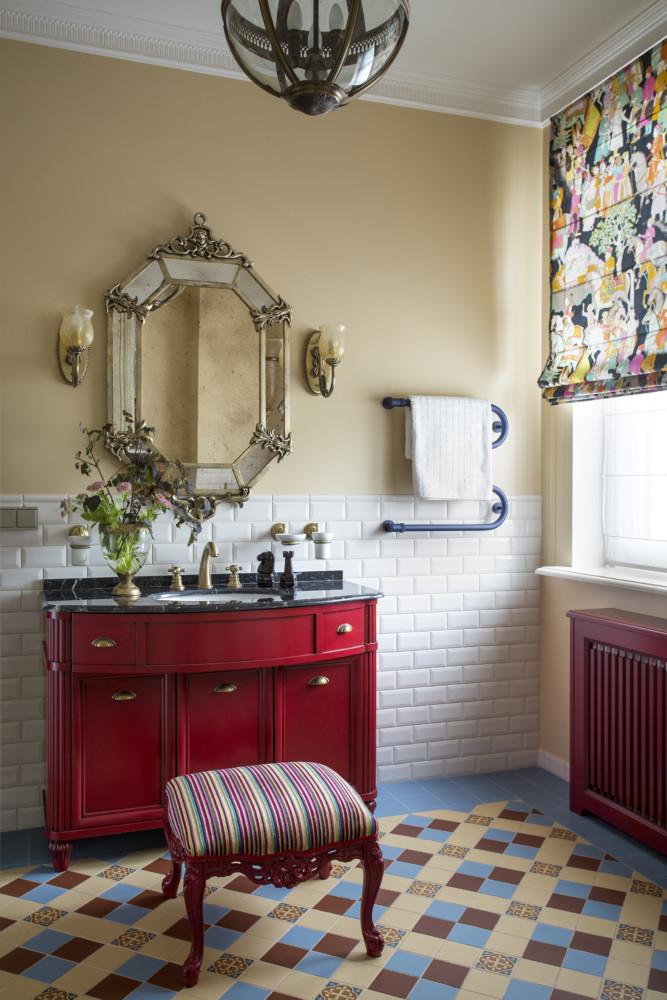 Ванная при комнате старшего сына. Векторианская ванная с тёмным мрамором на столешнице, красной тумбой и керамическим ковром на полу.