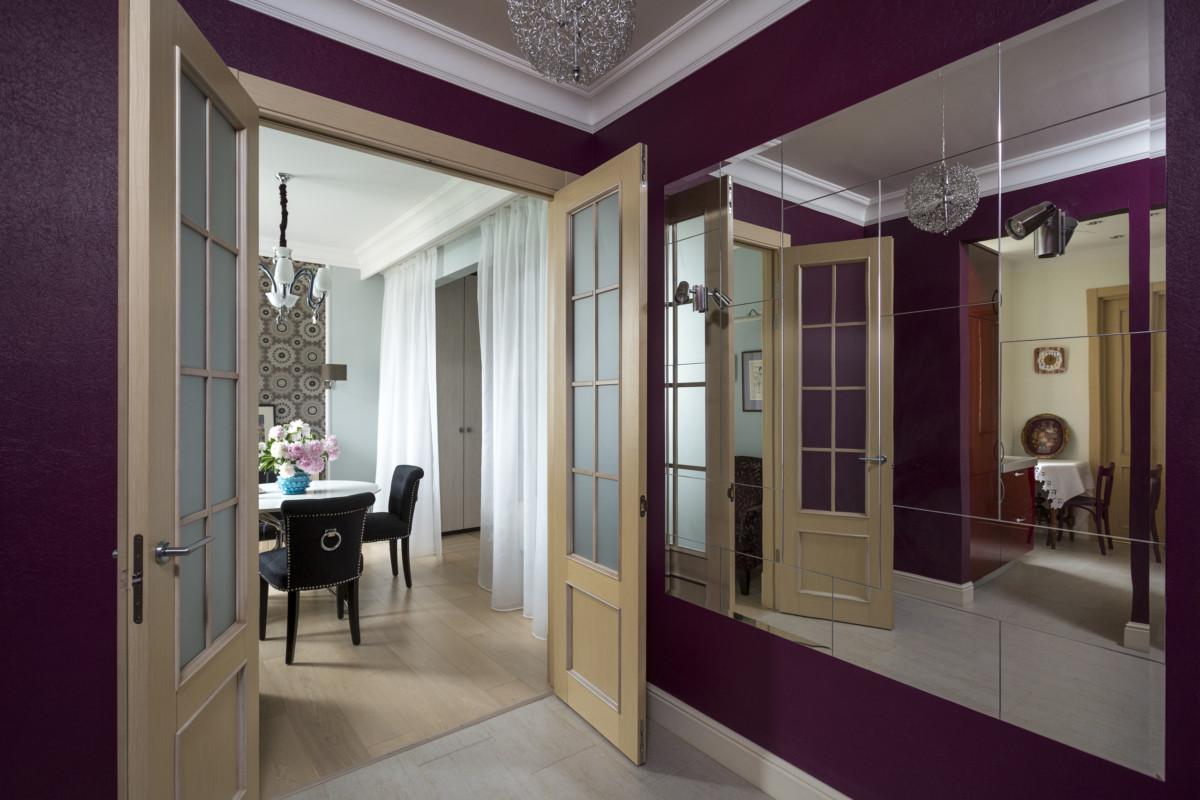 Вид из прихожей на гостиную. В этом проекте важно было, чтобы квартира казалась больше, чем она есть.