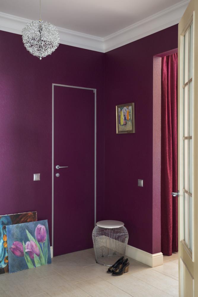 Для входа в санузел выбрали скрытую дверь и окрасили в тот же брусничный цвет, что и обои в холле.