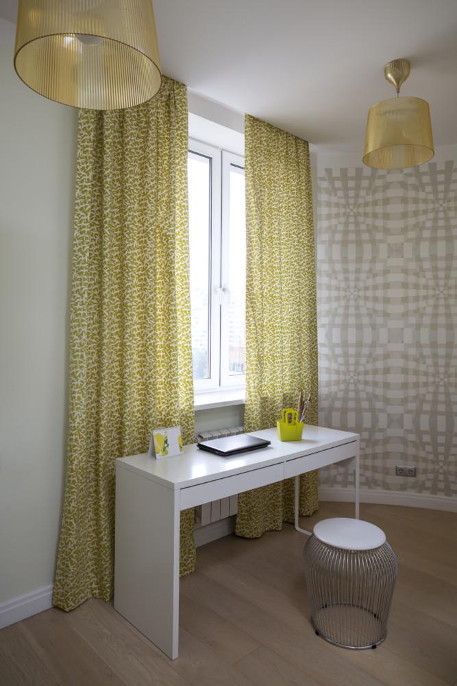 Шторы с мелким принтом поддерживают графический стиль. Комната изначально была неправильной формы, одна из стен закруглена.