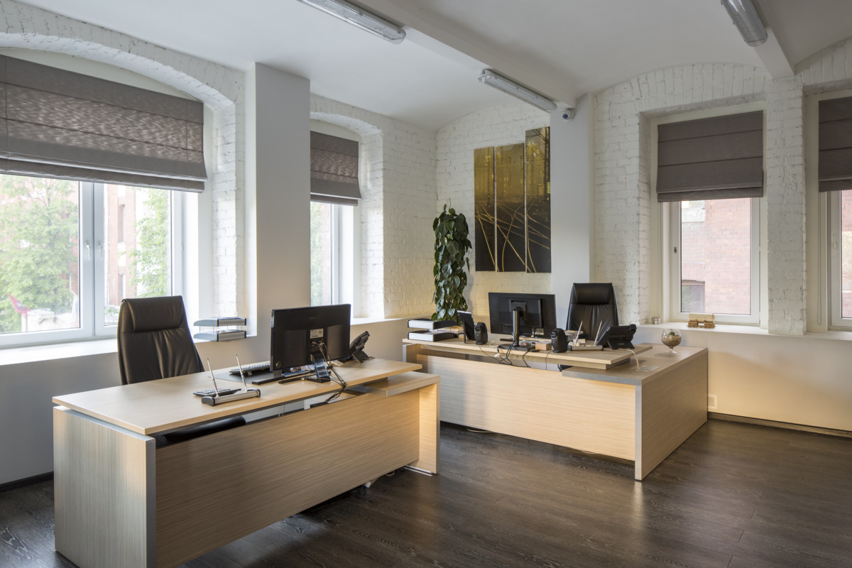 Кабинет руководителей. Более массивные кресла отражают статусный характер помещения.