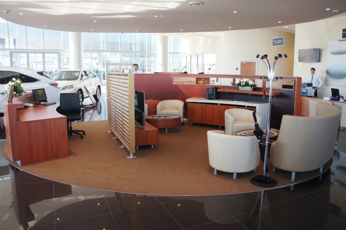 Рабочие места персонала в клиентской зоне оформлены лаконичными фотографиями.