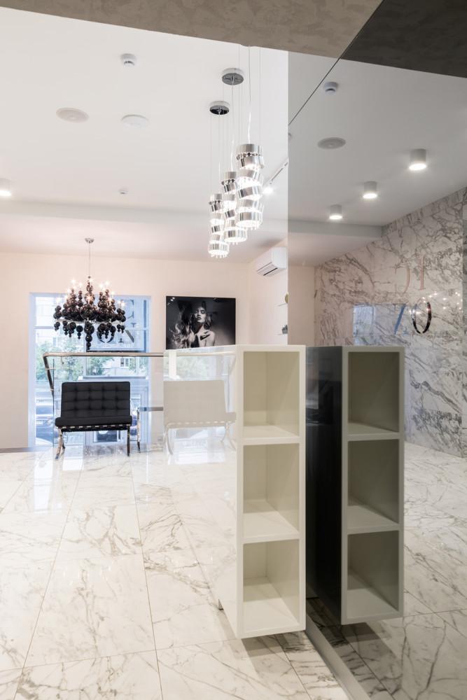 Для визуального увеличения пространства салона были использованы материалы с высокой степенью отражения- тонированное стекло, зеркала, полированный камень.