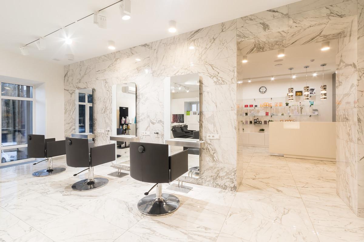 Вид на рабочие места парикмахеров.