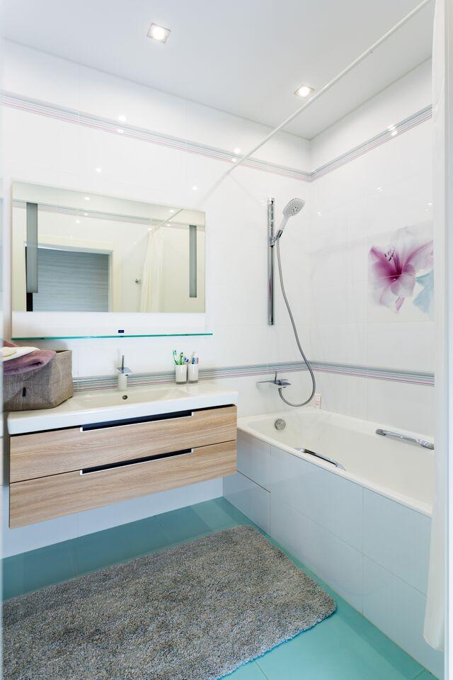 Гостевая ванная комната выполнена в общей цветовой схеме, лаконичная, умиротворённая, спокойная.