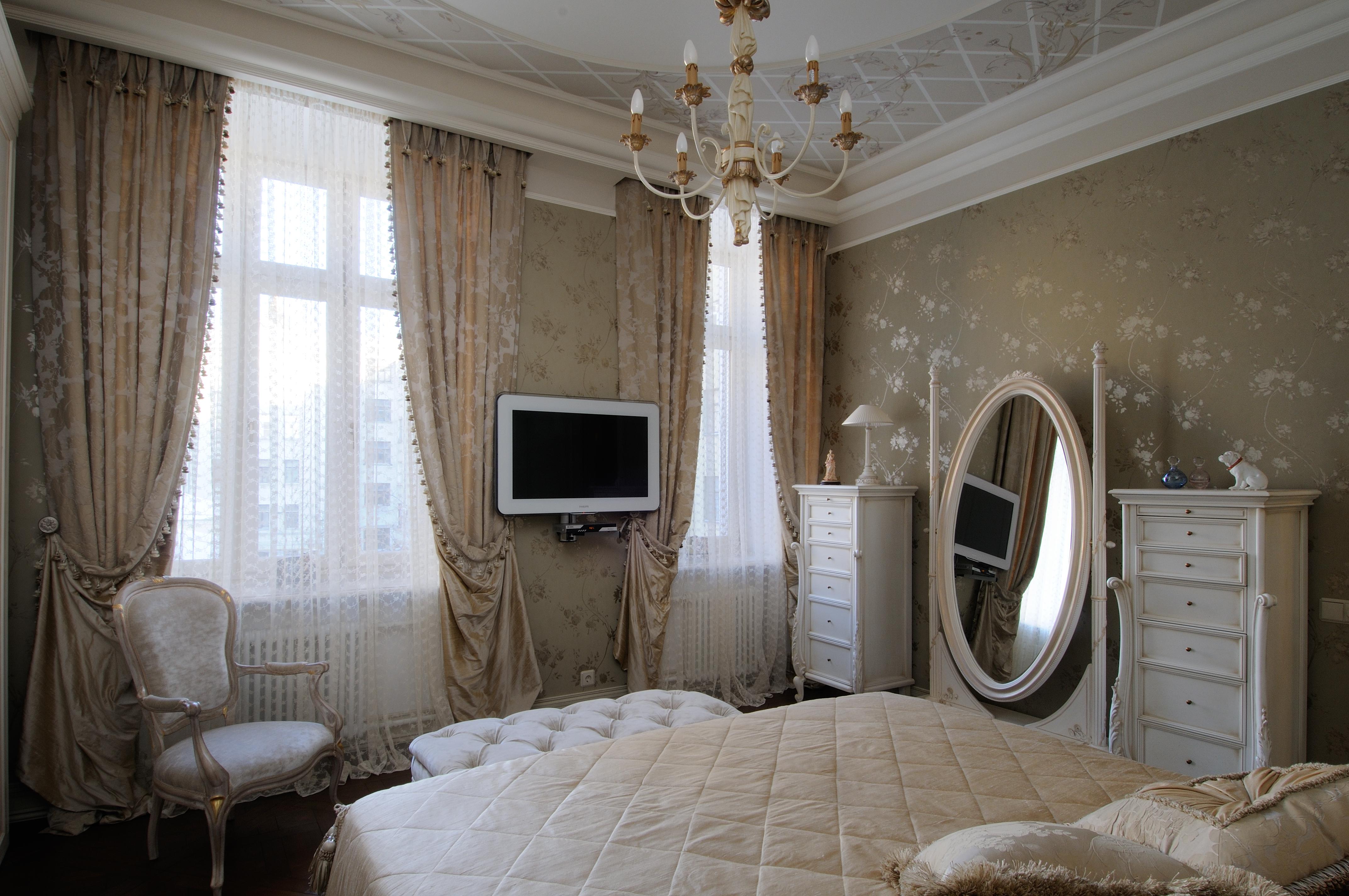 Подобные же ассоциации вызывает роспись потолков, в которой интерпретируются мотивы трельяжной решётки (спальня хозяев), а также изящные цветочные рисунки на стекле, созданные отечественным мастером.