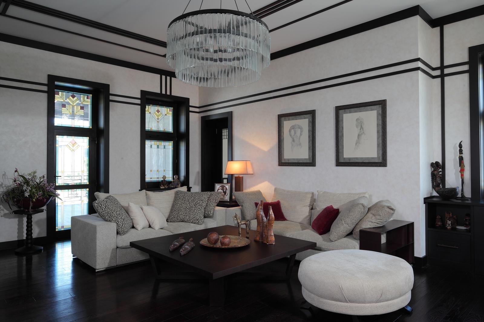 Пространство гостиной, расположенной на первом этаже, разделено на три функциональные зоны: уютную зону отдыха с диванами, элегантную каминную и рабочую с письменным столом Smania.