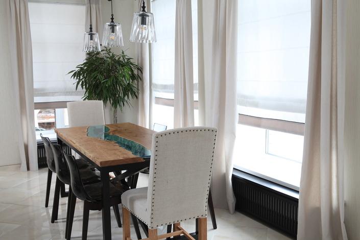 Кухня/столовая в  цветах:   Бежевый, Коричневый, Светло-серый, Темно-зеленый, Темно-коричневый.  Кухня/столовая в  стиле:   Эклектика.