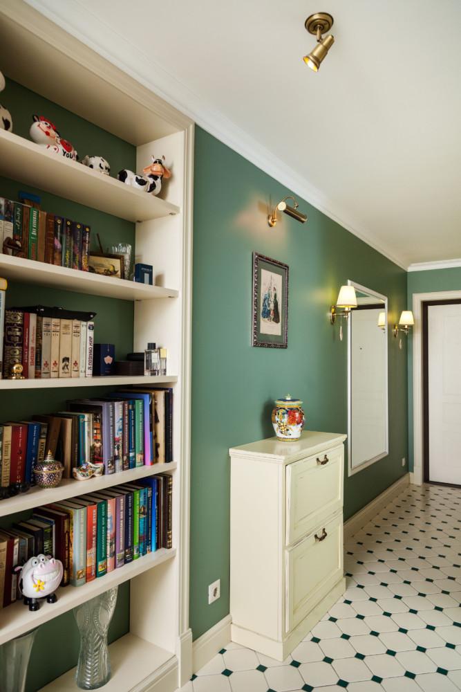 Было принято решение разделить коридор на несколько функциональных зон. Здесь поместилась гардеробная, большое зеркало и ниша для книг.