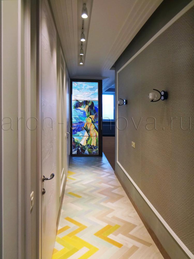 Великолепное витражное панно располагается напротив входа в квартиру и встречает гостей и хозяев своей утонченной красотой. Для создания витража мы использовали полупрозрачные художественные стекла, позволяющие естественному свету проникать в пространство прихожей и освещать ее.