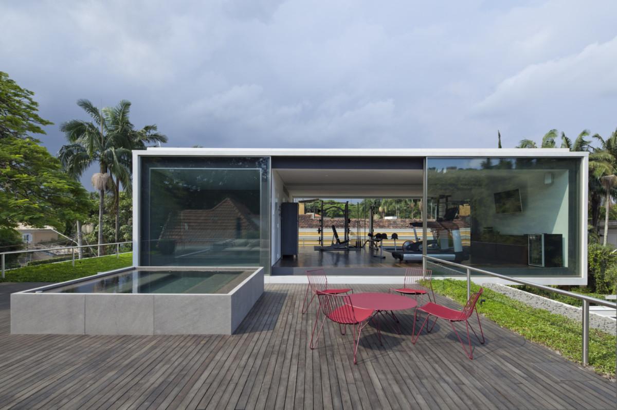 Частный дом с современной террасой: 20 фото