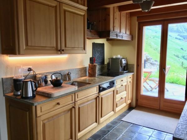 Кухня/столовая в  цветах:   Бежевый, Бирюзовый, Голубой, Коричневый, Темно-коричневый.  Кухня/столовая в  стиле:   Кантри.