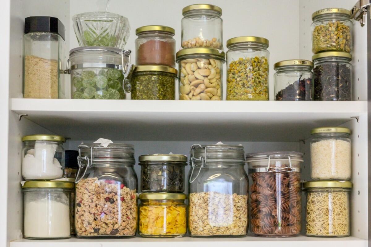 Как сделать маленькую кухню удобной: 5 лайфхаков для эргономичного хранения